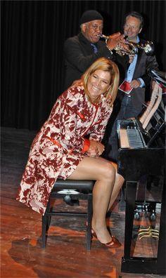 Pulsar en la imagen para verla a tamaño completo. Dutch Women, Very Beautiful Woman, Estilo Real, Queen Dress, Queen Maxima, Sexy Older Women, Celebs, Celebrities, Royal Fashion