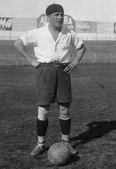 """Héctor Scarone """"El Gardel del Fútbol"""" (1898-1967). URUGUAY. DELANTERO. Nacional (1916-1926). Barcelona (1926). Nacional (1927-1931). Inter de Milán (1931-1932). Palermo (1932-1934). Nacional (1934-1939). Wanderers (1939). Uruguay '30. París '24. Amsterdam '28. Image Foot, Big Men, Football Players, Barcelona, Soccer, Hipster, Retro, Collection, Club Nacional De Football"""