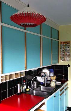 Bright turquoise funkis kitchen