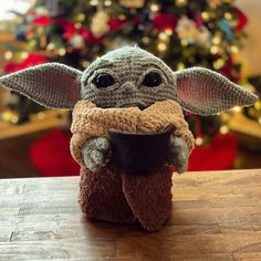 This Crochet Baby Yoda Amigurumi has taken the internet by storm! Crochet artist Allison Hoffman came up with a pattern that you can make yourself! Diy Crochet Patterns, Crochet Projects, Free Crochet, Star Wars Crochet, Popular Crochet, Diy Bebe, Crochet Dolls, Crochet Santa, Stuffed Toys Patterns