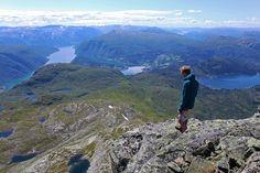Kobbvatnet | Jarle nærmar seg toppen, med Hardangerjøkulen og vidda i bakgrunnen ...