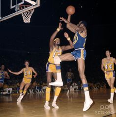Nate Thurmond shooting over Wilt Chamberlain Basketball Quotes, Basketball Pictures, Basketball Legends, Football And Basketball, Basketball Players, Sports Images, Sports Pictures, Nate The Great, Wilt Chamberlain