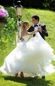Konstantin und Marlene @ Sturm der Liebe. Ein Traum-Hochzeitsdreh bei Traumwetter (©Foto: Ingrid Grossmann) http://www.ganz-muenchen.de/freizeitfitness/alle_veranstaltungen/2013/05/sturm_der_liebe_hochzeitsdreh_konstantin_marlene_schloss_vagen/info.html