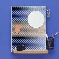 Rangement mural Pinorama S / H 50 cm - Miroir Ø 18,5 cm / Avec 5 accessoires Bleu clair / Etagère liège - Hay
