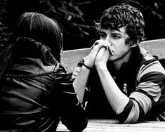 Love Peace and Write: Relacionamentos Improvisados, Clary... 3º parte Estava no meio de uma estrada, havia nevoeiro por todo lado, mal conseguia ver os meus próprios pés enquanto andava e no lado da estrada árvores que tapavam quase o céu de tão grandes que eram nas suas ramagens.