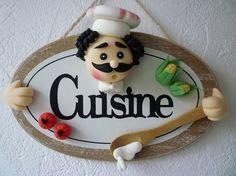plaque de porte cuisinier Polymer Clay Crafts, Felt Crafts, Diy And Crafts, Diya Rangoli, Crea Fimo, Chef Kitchen Decor, Clay Jar, Spoon Art, Crochet Decoration