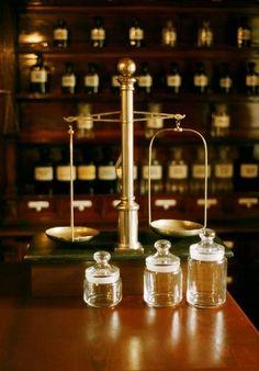 Balance d'apothicaire Herbal Store, Unique Trees, Cute Posts, Magic Shop, Shop Interiors, Chemist, Natural Cosmetics, Victorian Era, Pharmacy