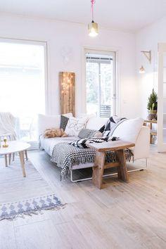 Salon Scandinave lumineux et confortable.