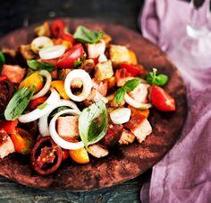 """Italialainen panzanella on """"köyhän keittiön"""" herkuimpia helmiä. Kung Pao Chicken, Caprese Salad, Salads, Ethnic Recipes, Food, Essen, Salad, Chopped Salads, Yemek"""