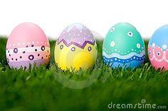 Huevos de Pascua pintados a mano. Sobre el prado.