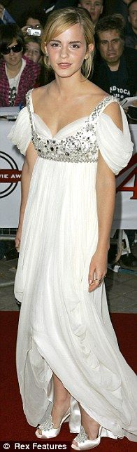 Emma Watson in McQUEEN  at the National Movie Awards in 2008. No me gusta ella con los hombros tan caídos, pero en fin...
