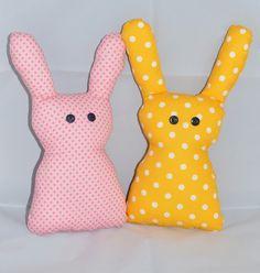 Niedliche Osterhasen als Deko oder Mitbringsel!! Sie sind aus Baumwolle genäht, mit Füllwatte gefüllt und für die Augen habe ich Knöpfe verwendet. Der Preis ist für einen Osterhasen. Beim Kauf...