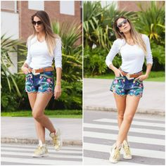 Shorts jeans com bordado de flores coloridas super fofo .