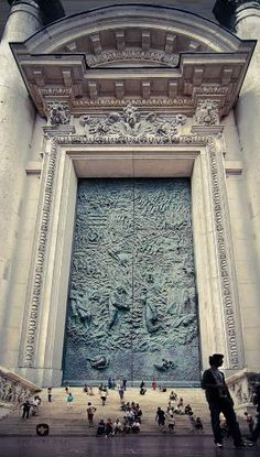 THE WORLD´s BIGGEST GATE! .......... It would be interesting to see who is behind that door!