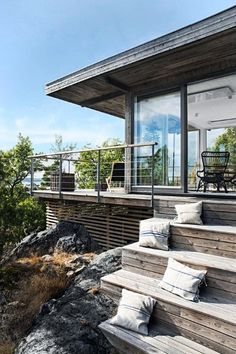 16 charmante skandinavische Veranda-Designs, die Sie draußen halten 16 charming Scandinavian porch designs that keep you out there build Veranda Design, Deck Design, Skandinavisch Modern, Modern Deck, Porches, Modern Wooden House, Wooden Houses, Design Exterior, Exterior Paint