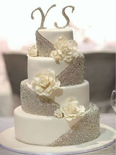 Traditional white wedding cakes are thanks to . Traditional white wedding cakes are thanks to . - Wedding cakes - STEP-BY-ST. White Wedding Cakes, Beautiful Wedding Cakes, Gorgeous Cakes, Pretty Cakes, Wedding White, Pastel Wedding Cakes, Bling Wedding Cakes, Unusual Wedding Cakes, Bling Cakes