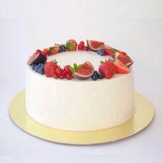 Ванильный бисквит, сливочно-твороженный крем со свежей клубникой. Сверху ободок из свежих ягод. Автор instagram.com/two_sisters_cake