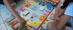 """El Monopoly cubano se llama """"Deuda Eterna"""".En lugar de privados, los participantes juegan el papel de gobiernos de países pobres, cuyo objetivo es derrotar al FMI."""