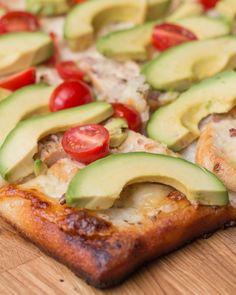 Pizza de pollo con aguacate