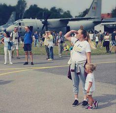 Mama i córka na air show  Takie same koszulki www.jakamama.pl