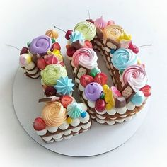 На данном изображении может находиться: еда 10 Birthday Cake, Number Birthday Cakes, Number Cakes, Fondant Cake Designs, Fondant Cakes, Cupcake Cakes, Cupcakes, Bolo Diy, Friends Cake