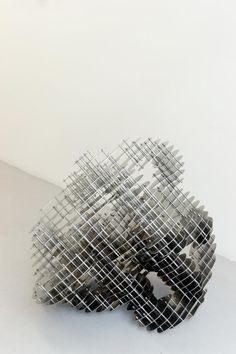 VINCENT MAUGER / ARTISTE / Sans titre, plaques et éléments en inox, 70 x 70 x 180 cm, 2011.