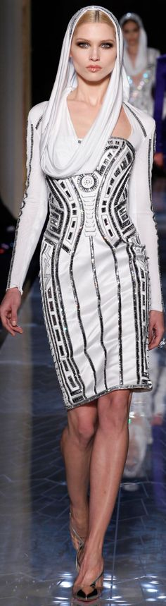 Is it me or does this ensemble look like R2D2?  ~Xiophra.                     SPRING 2014 COUTURE Atelier Versace look4