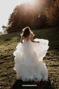 Das wunderschöne Brautkleid mit Tüll & Spitze passt perfekt zur Sommerhochzeit. Mit mehreren Tüll-Lacken ist das Hochzeitskleid perfekt für die Braut im Boho Stil. Der offene Rücken verspricht Leichtigkeit. Girls Dresses, Flower Girl Dresses, Boho Stil, Trends, Wedding Dresses, Flowers, Fashion, Dress Wedding, Marriage Dress