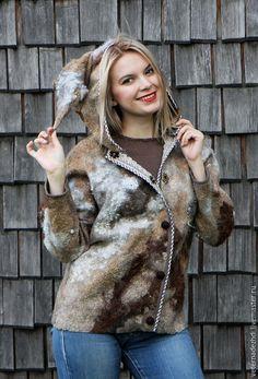 Необычайно легкая и мягкая куртка выполнена из материалов высочайшего качества, из шерсти новозеландских детенышей овечек и альпак. На куртке съемный капюшон, что, несомненно, очень удобно.