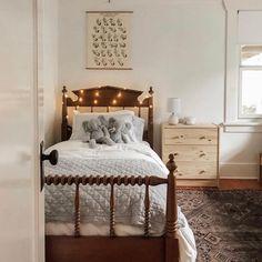 Add twinkle lights in every little corner. Bedroom Wall, Kids Bedroom, Bedroom Decor, Kids Rooms, Minimalist Kids, Minimalist Bedroom, Big Beds, Little Corner, Trendy Bedroom