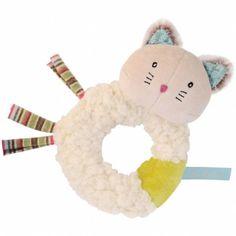 Le hochet Minoucha Les Pachats par Moulin Roty est très doux avec sa fourrure bouclette et ses parties en velours. Un jeu de matières qui éveille l'intérêt de bébé et développe sa capacité à saisir un objet.