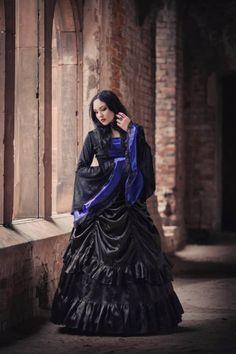 Model: Lady Ophelia Photo: Aneta Pawska - Enchanted Stories Jewelery: Dark Elegance Designs
