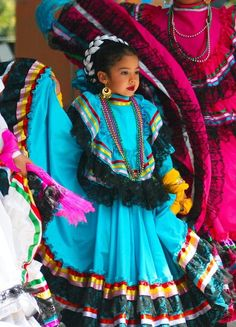 Tiny dancer - Traditional Mexican dance Being taught in an after school program to perform for Cinco De Mayo waaaay back when. All children are beautiful but we especially enjoy the Mexican children wearing traditional clothing Mexican Heritage, Mexican Style, Mexican Girls, Mexican Art, We Are The World, People Of The World, Beautiful Children, Beautiful People, Folk Costume