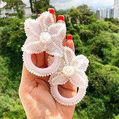 Estamos acostumbradas a complacer peticiones, en esta oportunidad elaboramos estos Hermoso aretes tejidos con cristales checos, complemento perfecto para su outfit! #enfemeninoaccesoriospty #tulopidesnosotroslocreamos #panama #mujeresemprendedoras #hechoenpanama Beaded Earrings, Earrings Handmade, Beaded Jewelry, Crochet Earrings, Handmade Jewelry, Bead Sewing, Crochet Art, How To Make Earrings, Crochet Designs