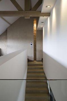 Modern and minimalist stairs with a brick wall | Montée d'escalier moderne et minimaliste avec un mur en brique