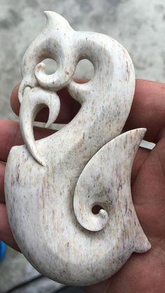 Dremel Tool Projects, Bone Crafts, Wood Carving Designs, Bone Jewelry, Maori Art, Mini Things, Bone Carving, Indigenous Art, Pendant Design