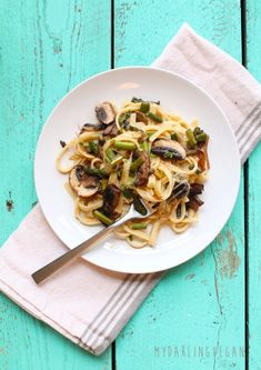 Healthy Vegan Fettuccine Alfredo: Creamy and decadent, this vegan Fettuccine Alfredo has a secret healthy ingredient that makes it a meal the whole family will love. Made in just 30 minutes for a quick and delicious dinner. Veggie Recipes, Whole Food Recipes, Vegetarian Recipes, Healthy Recipes, Healthy Cooking, Healthy Food, Dinner Recipes, Vegan Alfredo Sauce, Fettuccine Alfredo