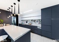 디자이너 센스폭팔, 성공적인 거주중 인테리어 - Daum 부동산 인테리어 Navy Kitchen, Kitchen Corner, Modern Kitchen Design, Kitchen Interior, Colorful Interiors, Kitchen Cabinets, Interior Design, Color Interior, Table