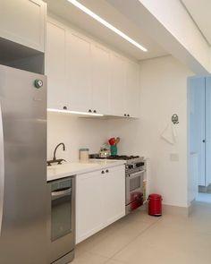 """""""Outro ângulo da cozinha. A iluminação leve e os armários sob medida fazem o ambiente. Iluminação Foco LD. Por RAP Arquitetura, fotos de @evelynmullerfotos…"""""""