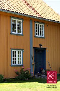 Vakkert og tidløst i klassisk stil. Empire, Garage Doors, Shed, Outdoor Structures, Outdoor Decor, Home Decor, Urn, Homemade Home Decor, Backyard Sheds