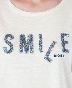 T-shirt con messaggio paillettes bianco sporco