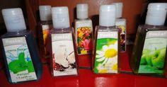 Shampoo, gel de ducha, crema humectante, sanitizador de manos, acondicionador.
