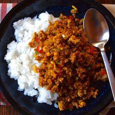 ひき肉を豆腐に置き換えて作るドライカレーは、カロリーを抑えられて夜食にもダイエットにもオススメ。