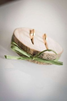 Bodas ecológicas detalles encantadores - Ideas encantadoras para llevar los anillos de los novios, una rodaja de madera de árbol con un sencillo lazo. Visto en Pinterest, by Katharina Aigner
