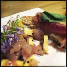 Tapas: crostino con ombrina marinata con erbette sel mio giardino, tartare di ombrina e mele con fiori edibili