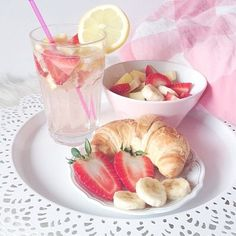 Find images and videos about food, yummy and fitness on We Heart It - the app to get lost in what you love. Yummy Treats, Delicious Desserts, Sweet Treats, Yummy Food, Tasty, Breakfast Princess, Breakfast In Bed, Breakfast Healthy, Breakfast Croissant