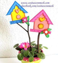Aprende a hacer estas graciosas casitas de goma eva para decorar las macetas de casa. Party Express, Decorated Flower Pots, Garden Insects, Diy Ostern, Candy Bouquet, Little Houses, Easter Crafts, Wood Crafts, Garland