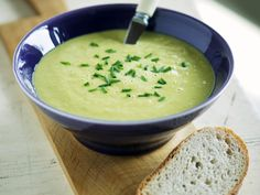 Wir sehen grün! Grüne Spargelsuppe - smarter - Zeit: 30 Min. | eatsmarter.de