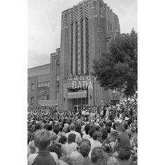 Pres. Ronald Reagan Ronald Reagan annuncia il suo programma politico presso Bloom High School. La folla è in festa. Tutti ascoltano il discorso del presidente con  assoluta attenzione.