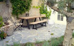 Mediterrane tuin met flagstone stenen voor terras
